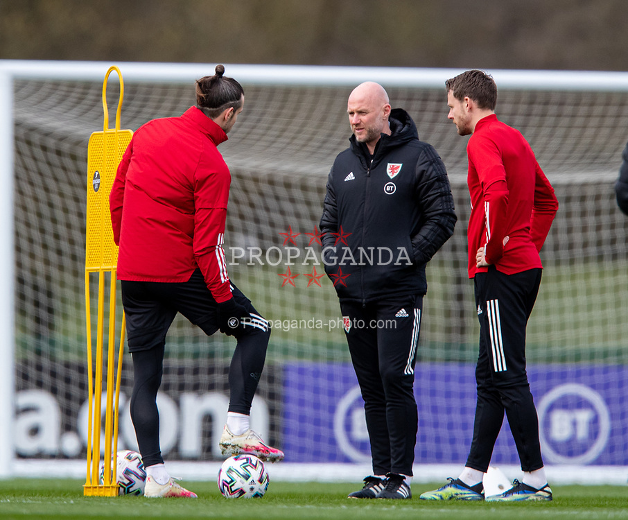 CARDIFF, WALES - Monday, March 29, 2021: Wales' care-taker manager Robert Page (C) speks with captain Gareth Bale (L) and Chris Gunter during a training session at the Vale Resort ahead of the FIFA World Cup Qatar 2022 Qualifying Group E game against the Czech Republic. (Pic by David Rawcliffe/Propaganda)