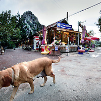 Turkije,Cirali, Antalya ,27 november 2007..Straatbeeld in het Zuid Turkse kustplaatsje Cirali.Op de achtergrond een winkeltje waar verse vruchtensap verkocht wordt....Foto:Jean-Pierre Jans