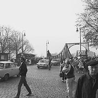 Nach ihrem ersten Ausflug in den Westen kehren viele Bürger der DDR in ihrem hart erarbeiteten PKW der Marke Wartburg, Lada oder Trabant über die Glienicker Brücke zurück in den Sowjetischen Sektor der Stadt Berlin, wie das damals hieß.