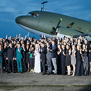 NLD/Katwijk/20151030 - 5 Jarig jubileumvoostelling musical Soldaat van Oranje, oude en nieuwe castleden voor een Dakota vliegtuig