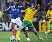 Fotball<br /> Frankrike v Litauen<br /> Foto: DPPI/Digitalsport<br /> NORWAY ONLY<br /> <br /> FOOTBALL - FIFA WORLD CUP 2010 - QUALIFYING ROUND - GROUP 7 - FRANCE v LITHUANIA - 01/04/2009 - ALOU DIARRAA (FRA) / ARUNAS KLIMAVICIUS (LIT)