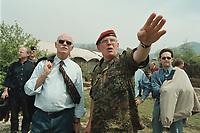 30 APR 2001, EREBINO/MAZEDONIEN:<br /> Peter Struck (L), SPD Fraktionsvorsitzender im Deutschen Bundestag, erhaelt von Oberst Dieter Diekmann (R), Kommandeur des Logistikregiments KFOR eine Einweisung in die Lage des deutschen Feldlager Erebino bei Tetovo, im Rahmen eines Besuches beim deutschen KFOR-Kontingent im Kosovo und Mazedonien<br /> IMAGE: 20010430-01/05-37<br /> KEYWORDS: KFOR, Gespräch, Soldat, Soldier, Bundeswehr