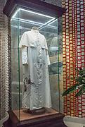 Kraków, 12.05.2016 (woj. małopolskie). Sutanna św. Jana Pawła II naznaczoną krwią podczas zamachu na jego życie w dniu 13.05.1981 r. Bezcenna relikwia znajduje się w szklanej gablocie w Kościele Górnym Sanktuarium Świętego Jana Pawła II w Krakowie.