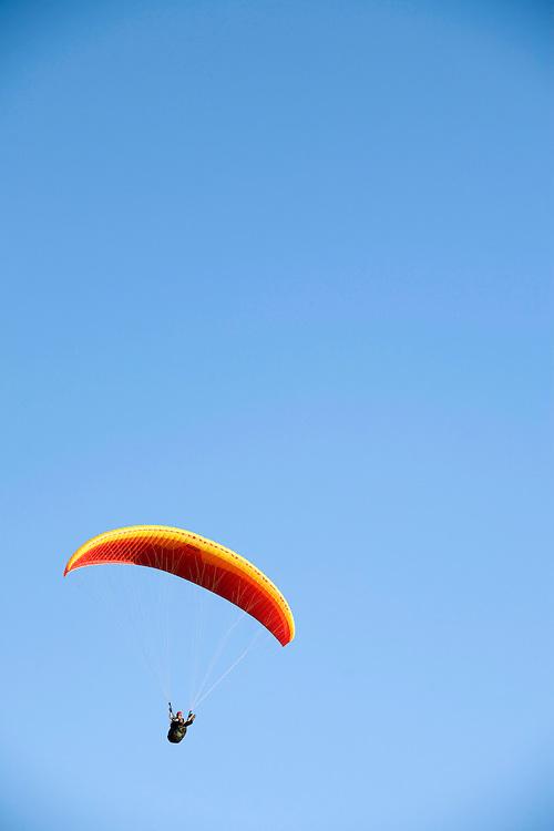 Brumadinho_MG, Brasil...Parapente no Voo Livre da Serra da Moeda...A paraglider in the Voo Livre in the Moeda mountain.. .BRUNO MAGALHAES /  NITRO.