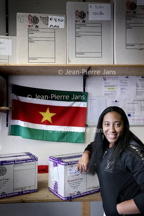 Nederland, Amsterdam , 31 januari 2013.<br /> Surinaamse pakkette bij de Surinaamse Pakkettendienst Ganzenpoort aan de Bijlmerdreef 1136.<br /> Op de foto medewerkster Candice.<br /> Foto:Jean-Pierre Jans
