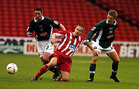 Fotball<br /> Championship England 2004/05<br /> Sheffield United v Plymouth<br /> 23. oktober 2004<br /> Foto: Digitalsport<br /> NORWAY ONLY<br /> PAUL THIRWELL (SHEFFIELD UNITED) TAKES ON <br />  LEE HODGES AND LEE MAKEL (PLYMOUTH)