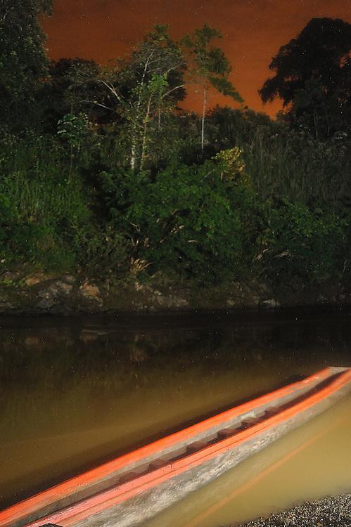 Indígenas emberá / cayuco en comunidad indígena emberá, Panamá.<br /> <br /> Edición de 3 | Víctor Santamaría.