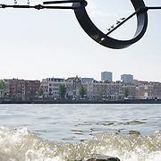 Nederland Rotterdam 9 juli 2010 20100709 Stadsgezicht Kop van Zuid / Noordereiland, rivier de Maas. Op de voorgrond zitten meeuwen in een stalen kunstwerk, een lijn met daaraan een circelvormig object boven de rivier de Maas. Op de achtergrond  appartementen op het Noordereiland en o.a. hoogbouw nieuwbouw het hoogste kantoorgebouw van Nederland De Maastoren op de Kop van Zuid. , staaldraden, stad, stadachtig, stadgezicht, stads, stadsaanzicht, stadsbeeld, stadscentrum, stadsdeel, stadse, stadsgezicht, stadshaven, stadshavens, stadslandschap, stadsontwikkeling, stadsuitbreiding, stadsuitbreidingslocaties, stadsvernieuwing, stalen, stedebouw, stedelijk gebied, stedelijk lokatie, stedelijke, stedelijke planning, stedelijke vernieuwing, steden, stedenbouw, steeds, steedse, stilleven, straatbeeld, straatgezicht, street scenery, streetscene, sunshine, the netherlands, the sky is the limit, toren, torens, tower, uitbreidingsgebieden, urban landscape, urbanisatie, urbanisering, urbanisme, urbanistisch, urbanistische, vastgoed, vernieuwing, vernieuwing stedelijk, vogel, vogels, vrij, water, water level, Water Management Authority, waterbeheer, Waterbeheerplan, watergang, waterhuishouding, waterlevel, watermanagement, watermassa, waterniveau, Waterpeil, waterplan, wolkenkrabber, wolkenkrabbers, wonen aan het water, woningblok, woningblokken, woningen, woonblok, woonblokken, zonnig weer, Samen werken met water, sculpture, sculpturen, sculptuur, skyline, Skyscraper, skyscrapers, staal, staaldraad Foto: David Rozing