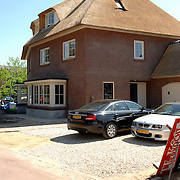 NLD/Laren/20070430 - Door brand verwoeste woning Hanrathsingel Laren, tegenover gelegen woning Jaap van Zweden
