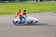 De fiets wordt gevangen na een geslaagde testrun. In Lelystad voert het Human Power Team Delft en Amsterdam, dat bestaat uit studenten van de TU Delft en de VU Amsterdam, de laatste testen uit met de VeloX4 voor de recordpoging eind juli in Duitsland. Tijdens het laatste weekend wil het team het uurrecord verbreken. In september willen ze een poging doen het wereldrecord snelfietsen te verbreken, dat nu op 133 km/h staat tijdens de World Human Powered Speed Challenge.<br /> <br /> In Lelystad the Human Power Team Delft and Amsterdam tests the VeloX4 for the last time before the hour record attempt in Germany end of July. With the special recumbent bike the Human Power Team Delft and Amsterdam, consisting of students of the TU Delft and the VU Amsterdam, also wants to set a new world record cycling in September at the World Human Powered Speed Challenge. The current speed record is 133 km/h.