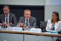 DEU, Deutschland, Germany, Berlin, 08.10.2018: Deutscher Bundestag, Fachkongress der FDP-Fraktion zum Mobilfunkausbau, Mario Rehse (M), Head of Public Affairs United Internet AG.
