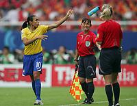 Fotball<br /> VM kvinner 2007<br /> 12.09.2007<br /> Brasil v New Zealand<br /> Foto: imago/Digitalsport<br /> NORWAY ONLY<br /> <br /> Marta (Brasilien) entledigt sich zur Freude von FIFA Schiedsrichterassistentin Hisae Yoshizawa (Japan, Mitte) ihrer Trinkflasche