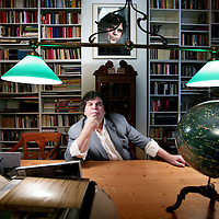 Nederland,Amsterdam ,19 februari 2008..Adrianus Franciscus Theodorus (Adri) van der Heijden (Geldrop, 15 oktober 1951) is een Nederlands schrijver..Van der Heijden - ook bekend als A.F.Th. - is een autobiografisch schrijver. Binnen zijn verhalen en romans is het eigen leven van de schrijver te herkennen. Dit maakt dat het gehele oeuvre met elkaar verbonden is. Dat wil echter niet zeggen dat gebeurtenissen en personen in zijn werk een getrouwe afspiegeling zijn van zijn eigen leven: hij gebruikt deze vrij, om ze te combineren met fictie, filosofische uitweidingen en een treffende sfeertekening van de Nederlandse sociale en culturele geschiedenis vanaf de jaren vijftig..Dutch writer A.F.T. van der Heijden.