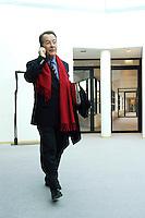 23 JAN 2006, BERLIN/GERMANY:<br /> Franz Muentefering, SPD, Bundesarbeitsminister, mit rotem Schal, telefoniert mit dem Handy, vor Beginn einer Sitzung des SPD Praesidiums, Willy-Brandt-Haus<br /> IMAGE: 20060123-01-002<br /> KEYWORDS: Franz Müntefering, Telefon, phone, Mobiltelefon