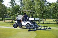 HALFWEG - greenkeeper Amsterdamse Golf Club veegt de bezande green. Inslepen.  De vegers worden ook voor het verwijderen dauw gebruikt. COPYRIGHT KOEN SUYK