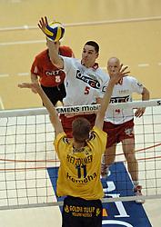 17-04-2005 VOLLEYBAL: ORTEC NESSELANDE-PIET ZOOMERS D: ROTTERDAM<br /> <br /> In de eerste finalewedstrijd tussen ORTEC.Nesselande en Piet Zoomers/D sloeg de thuisploeg in de vijfde set vernietigend toe waarmee een 1-0 voorsprong in deze best-of-five werd genomen / <br /> <br /> <br /> <br /> <br /> <br /> ©2005-WWW.FOTOHOOGENDOORN.NL