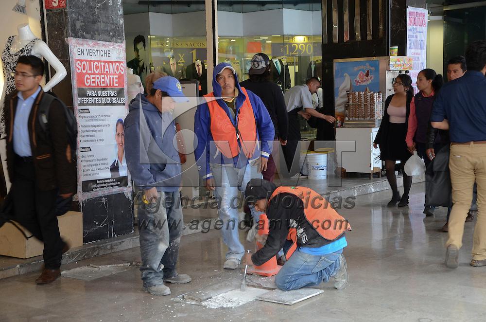 Toluca, México (Abril 22, 2016).- Personal del Ayuntamiento de Toluca arreglan el piso de los Portales, ya que algunas partes que se encuentran deterioradas y requieren trabajos de mantenimiento.  Agencia MVT / José Hernández