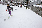 Een vrouw is aan het langlaufen in een park in Utrecht.<br /> <br /> A woman is skiing in a park in Utrecht.