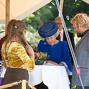 NLD/Doorn/20180824 -  Beatrix opent tentoonstelling 'Verzet en Verdriet in Beeld', Prinses Beatrix in gesprek met studenten