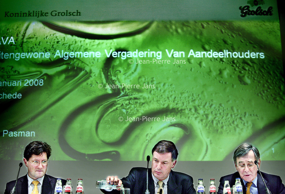 Nederland, Enschede,28 januari 2008..Aandeelhoudersvergadering van Grolsch i.v.m. overname SABMiller..V.l.n.r. Jan Kaaks, Topman Ab Pasman en Rob Pieterse tijdens de vergadering aan de Spa bronwater.