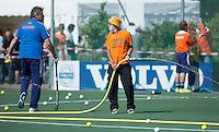 DELFT - Hockey - Sproeien van het kunstgras.  Het Nederlands hockeyteam mannen speelde zaterdag een interland tegen Engeland (3-3) , ter voorbereiding aan het WK hockey dat op 31 mei in Den Haag van start gaat. FOTO KOEN SUYK