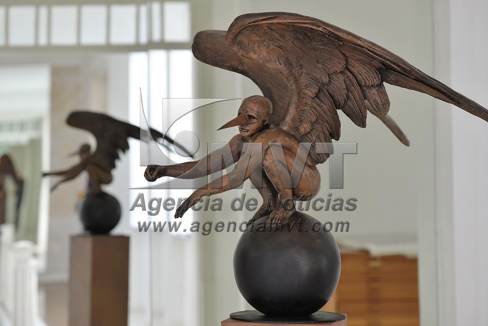 México, D.F.- El escultor Jorge Marín, famoso por sus obras aladas y misteriosas es fotografiado en su estudio donde habló de su debilidad por exponer en los espacios públicos. Agencia MVT / Mario Vazquez de la Torre.