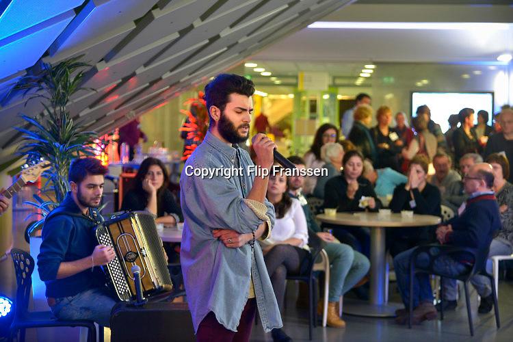 Nederland, Nijmegen, 14-1-2016Een vijftal Syrische vluchtelingen die al een verblijfsvergunning hebben organiseren eetavonden voor belangstellenden uit steeds weer een andere wijk. Dit keer bij de HAN. Aansluiten trad een muziekgroep, band, van vluchtelingen uit de Arnemse koepel op. Zij spelen een mix van westerse en oosterse muziek.FOTO: FLIP FRANSSEN/ HH