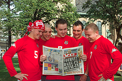 OSLO, NORWAY - Friday, January 23, 2009: Welsh fans check out the local paper Verdens Gang (VG) ahead of the FIFA World Cup 2002 Qualifying Group 5 match against Norway. (Pic by David Rawcliffe/Propaganda)