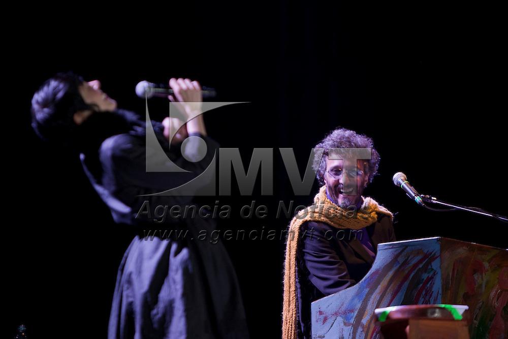 VALLE DE BRAVO, Mexico.- El cantante argentino Fito Paez durante su presentacion en el Festival de Las Almas; en la imagen canta a duo con Ely Guerra. Agencia MVT / Mario Vazquez de la Torre. (DIGITAL)