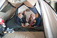 Familie Nikolov vor ihrem derzeitigen Zuhause