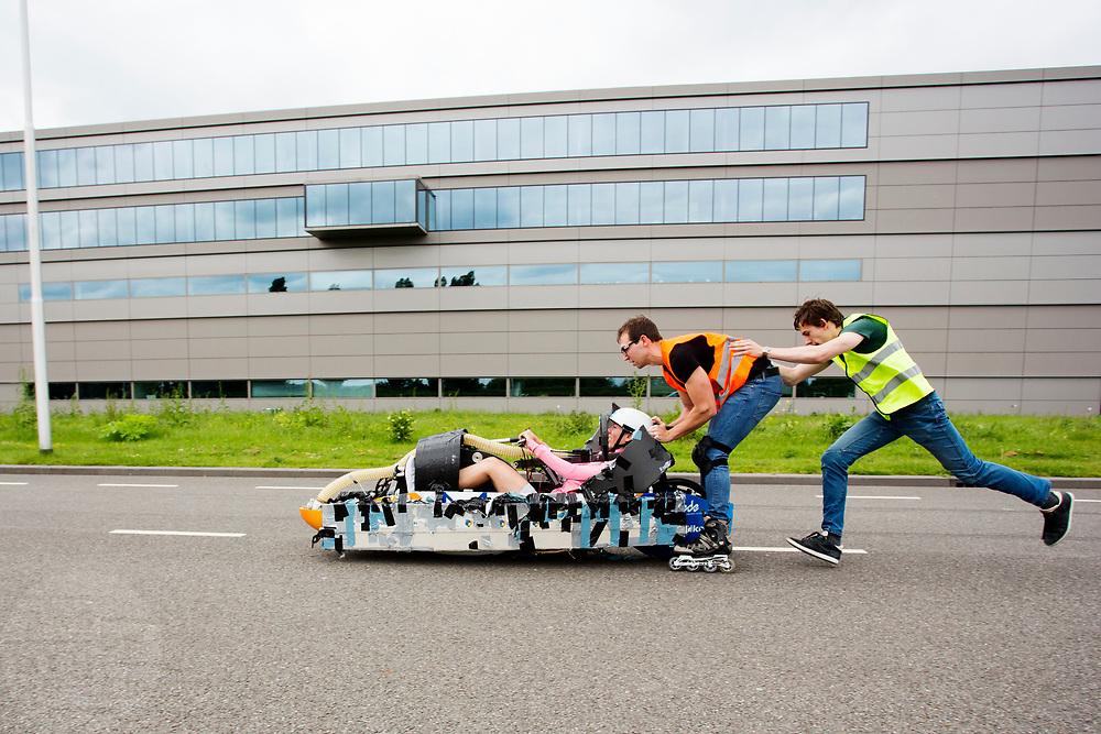 Aniek Rooderkerken gaat van start in de Velox. Op een weg op de campus van de TU Delft oefent het team met het rijden in een Velox. In september wil het Human Power Team Delft en Amsterdam, dat bestaat uit studenten van de TU Delft en de VU Amsterdam, tijdens de World Human Powered Speed Challenge in Nevada een poging doen het wereldrecord snelfietsen voor vrouwen te verbreken met de VeloX 7, een gestroomlijnde ligfiets. Het record is met 121,44 km/h sinds 2009 in handen van de Francaise Barbara Buatois. De Canadees Todd Reichert is de snelste man met 144,17 km/h sinds 2016.<br /> <br /> With the VeloX 7, a special recumbent bike, the Human Power Team Delft and Amsterdam, consisting of students of the TU Delft and the VU Amsterdam, also wants to set a new woman's world record cycling in September at the World Human Powered Speed Challenge in Nevada. The current speed record is 121,44 km/h, set in 2009 by Barbara Buatois. The fastest man is Todd Reichert with 144,17 km/h.