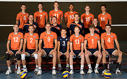 20-07-2014 NED: Selectie Nederlands volleybal team jongens jeugd, Arnhem<br /> Op Papendal werd het Nederlands team volleybal seizoen 2014-2015 gepresenteerd / Teamfoto met begeleiding