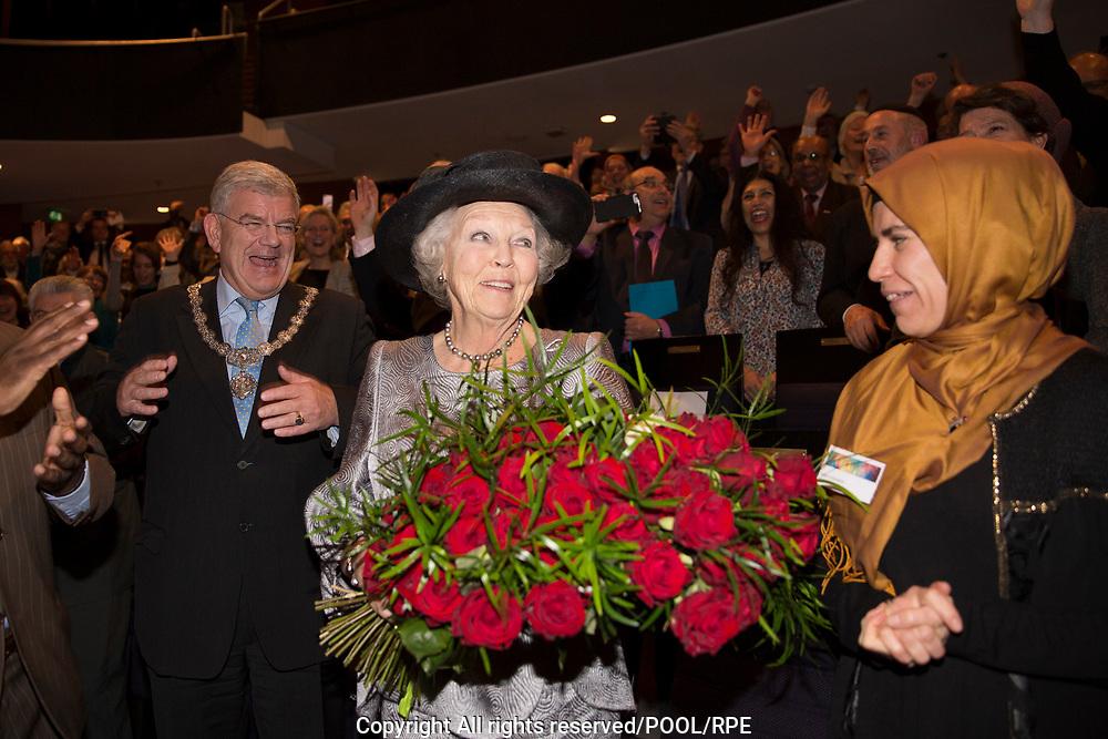 Prinses Beatrix woont een symposium bij van het interreligieus netwerk In Vrijheid Verbonden.<br /> <br /> Princess Beatrix attends a symposium of the interreligious network In Freedom Connected.<br /> <br /> Op de foto / On the photo: Prinses Beatrix krijgt 80 rozen voor haar 80ste verjaardag tijdens haar bezoek  // Princess Beatrix gets 80 roses for her 80th birthday during her visit