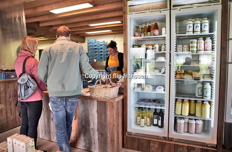 Nederland, Groesbeek, 29-4-2020  Op Klein Amerika is de  landwinkel met dezelfde naam al lang een begrip . Door de coronadreiging wordt meer via deze boerderijwinkels verkocht . Er worden allerlei lokale producten verkocht zoals fruit, groente, kaas,  wijn  vlees, zuivel, eieren, allemaal van lokale boerenbedrijven. Ze telen ook asperges die in deze tijd populair zijn .Foto: Flip Franssen