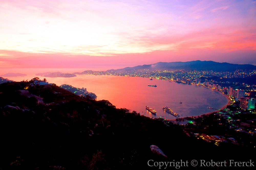 MEXICO, PACIFIC COAST, GUERRERO, TOURISM Acapulco; overview of the entire Bay of Acapulco with the Isla de la Roqueta at the bay entrance
