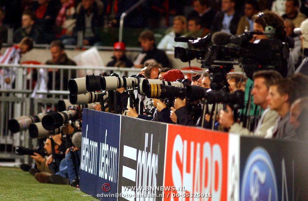 NLD/Amsterdam/20051018 - Champions League wedstrijd Ajax - FC Thun, persfotografen, camera's, lenzen, boarding, reclameborden