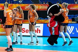03-10-2018 JPN: World Championship Volleyball Women day 5, Yokohama<br /> Argentina - Netherlands 0-3 / Mascotte Volleyboo and Team NL, Laura Dijkema #14 of Netherlands