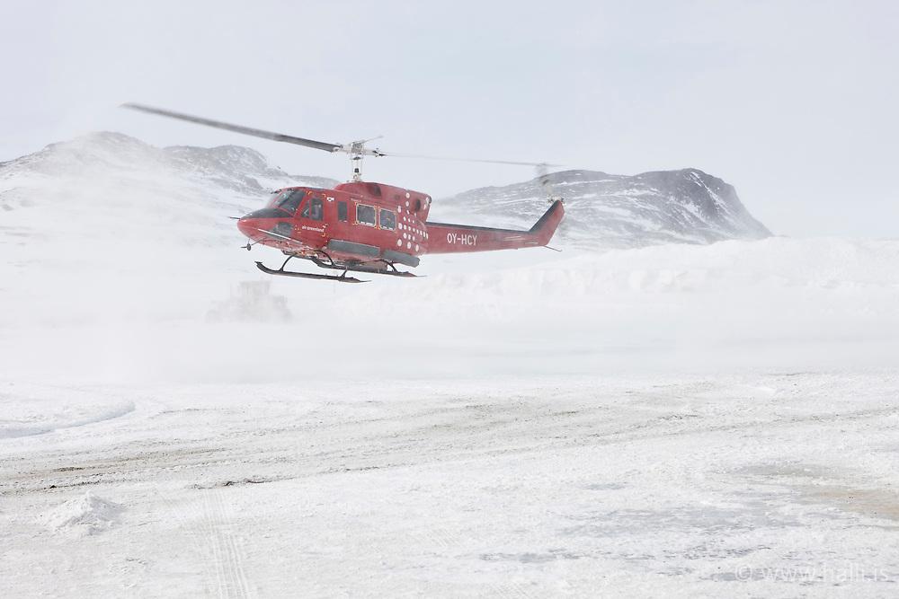 Helicopter coming in at the airfield in Kulusuk, Greenland - Þyrla kemur inn til lendingar,  Kulusuk á Grænlandi -