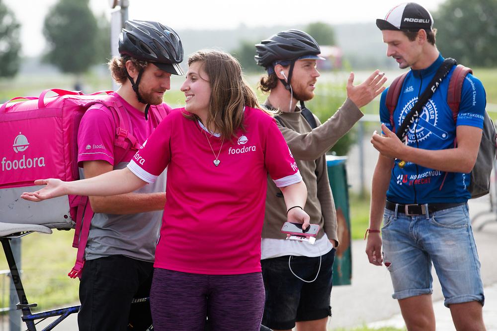 Fietskoeriers bereiden zich voor op de wedstrijd. In Nieuwegein wordt het NK Fietskoerieren gehouden. Fietskoeriers uit Nederland strijden om de titel door op een parcours het snelst zoveel mogelijk stempels te halen en lading weg te brengen. Daarbij moeten ze een slimme route kiezen.<br /> <br /> Preparing for the races. In Nieuwegein bike messengers battle for the Open Dutch Bicycle Messenger Championship.