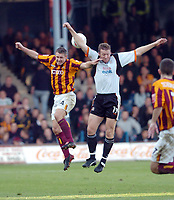 Fotball<br /> England 2004/2005<br /> Foto: SBI/Digitalsport<br /> NORWAY ONLY<br /> <br /> 30.10.2004<br /> Luton Town v Bradford City<br /> Coca Cola league One<br /> <br /> Bradfords Darren Holloway jumps with Lutons Stephen O'Leary