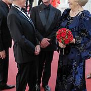 NLD/Amsterdam/201200704 - Inloop Koninging Beatrix bij afscheid Hans van Manen, Hans van Manen en partner henk van Dijk begroeten Beatrix