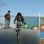 Nederland Rotterdam 7 maart 20110 20110307 Achterstandswijk Katendrecht. Jongen doet trucjes met zijn cossfiets op het skateplein in de wijk. Deelgemeente Feijenoord,.Oud Zuid, omvat 4 probleemwijken die waarvan 1 Katendrecht. , stedelijke, straatbeeld, straatgezicht, street scenery, streetscene, trick, tricks, truc, trucje, ventje, ventjes, vitaal, vitale, vitaliteit, vogelaarbuurt, vogelaarbuurten, vogelaarwijk, vogelaarwijken, voorziening, voorzieningen, vrije tijd, waaghals, westerse allochtonen, westerse allochtoon, wijk, zichzelf vermaken, zonnig weer, zonnige dag Foto: David Rozing