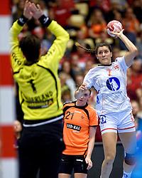 20-12-2015 DEN: World Championships Handball 2015 Nederland - Noorwegen, Herning<br /> Finale WK Handbal / Nederland verliest kansloos de finale van Noorwegen en moet genoegen nemen met zilver / Noorwegen met Stine Skogrand #7 of Norway was niet te stoppen. Marieke van der Wal #1 viel in de eerste helft in.