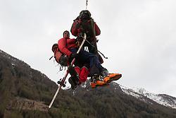 29.04.2012, Praegraten am Grossvenediger, AUT,  Sturz in Gletscherspalte im Venedigergebiet, Auf einem Gletscher im Gebiet des Großvenedigers ist ein Slowake Samstagmittag 40 Meter tief in eine Spalte gestürzt. Nach einer Unterbrechung wurden die schwierigen Bergearbeiten am Sonntagmorgen wieder aufgenommen, im Bild Bergretter auf dem Weg zur Unfallstelle. EXPA Pictures © 2012, PhotoCredit: EXPA/ Johann Groder