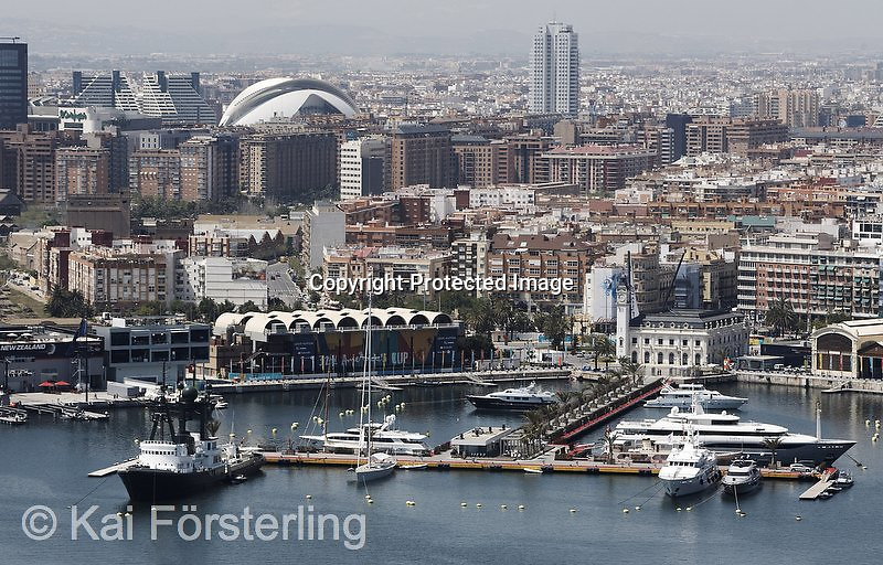 V. 06. Valencia, 23/04/2007. Vista general del Puerto Copa America con la ciudad de Valencia al fondo. EFE/Kai Försterling