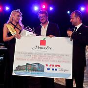 NLD/Zaandam/20100503 - Bekendmaking Playmate of the Year 2009, winnares Chantal Hanse met haar prijs