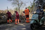 Operatori dell'Ama puliscono una strada precedentemente invasa da topi a Tor Bella Monaca, Roma 11 luglio 2016. Christian Mantuano / OneShot