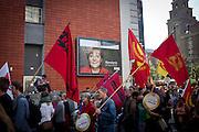 Manifestazione Umfairteilen per la redistribuzione equa dei patrimoni fiscali e dei redditi promossa dalle forze di sinistra, dai verdi e da numerose associazioni. Nell'immagine un cartellone della Merkel svetta fra le bandiere con la falce e il martello.