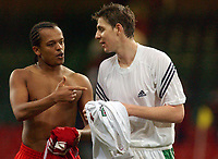 Fotball<br /> Privatlandskamp<br /> Wales v Ungarn<br /> 9. februar 2005<br /> Foto: Digitalsport<br /> NORWAY ONLY<br /> West Bromwhich team mates Wales' Robert Earnshaw and Hungary's Zoltan Gera share a moment after the game