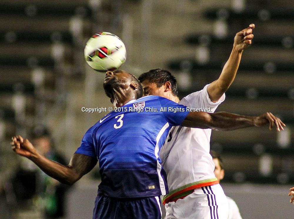 4月22日,美國隊球員Boyd Okwuonu(右)與墨西哥隊球員Rosario Enrique Cota Carrazco(左)在比賽中爭球。當天晚上,在美國洛杉磯家得寶中心球場舉行的國際足球友誼賽中,美國隊對陣墨西哥隊。美國隊以3-0戰勝墨西哥隊。(新華社發 趙漢榮攝)<br /> Mexico's midfielder Rosario Enrique Cota Carrazco #18, left, and United States' defender Boyd Okwuonu #3, right, battle for a head ball during a men's national team international friendly match, April 22, 2015, at StubHub Center in Carson, California, United State. United States won 3-0. (Xinhua/Zhao Hanrong)(Photo by Ringo Chiu/PHOTOFORMULA.com)